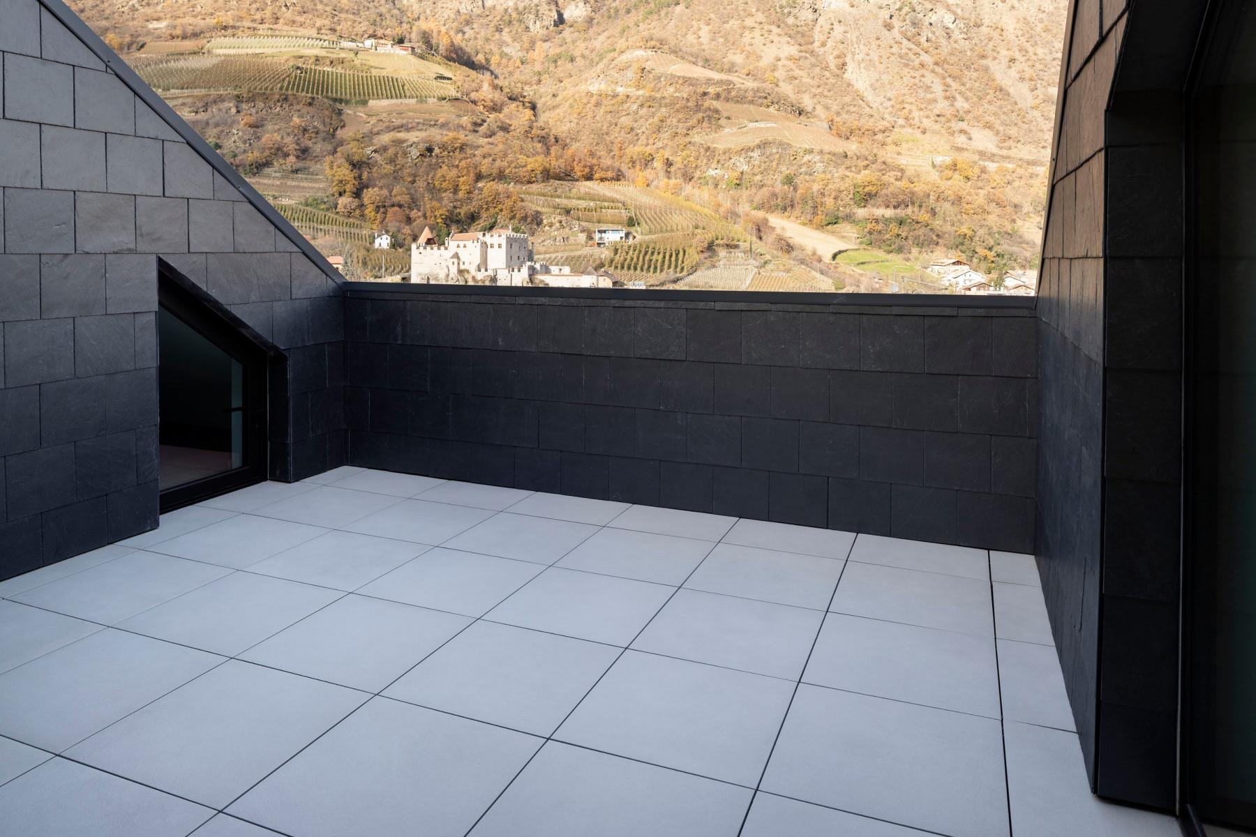 Balconi terrazze e giardini a casa pietre naturali piastrelle