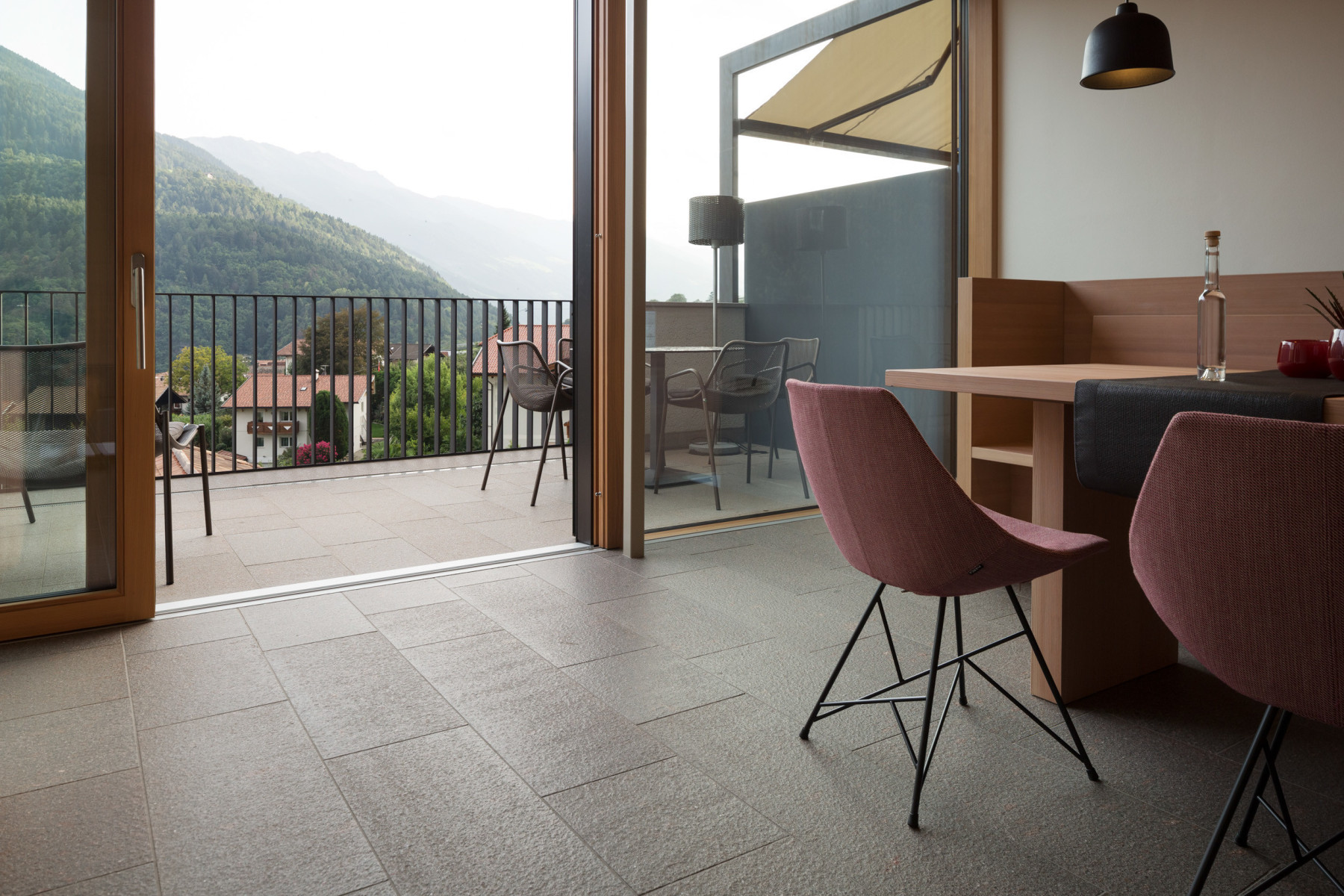 Camere e suite con pietra naturale pavimenti in legno e