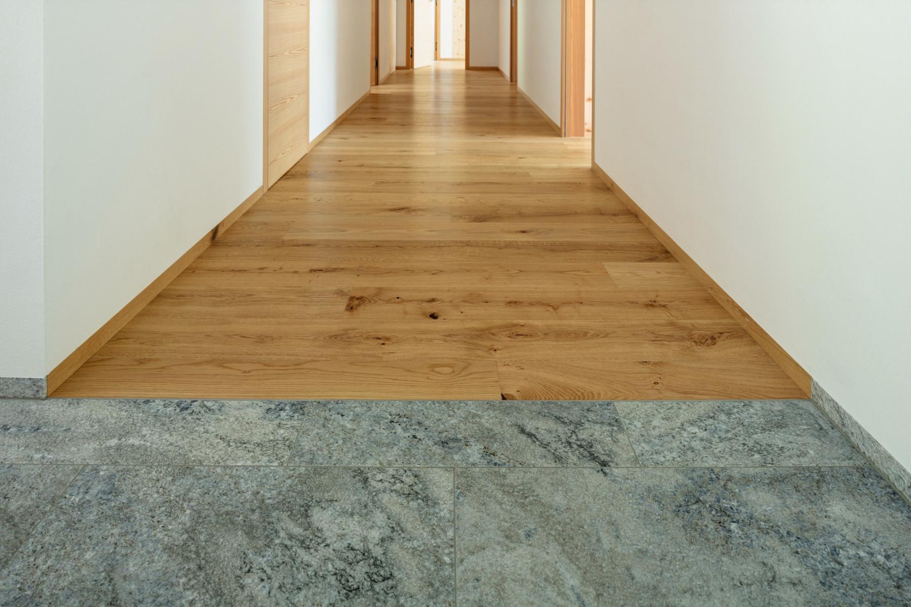 Corridoi e scale a casa pietre naturali piastrelle e